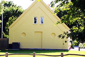Udført arbejde med maling af facader på gult hus