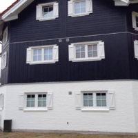 Hvid og mørkeblå facade af hus