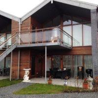 Facade af hus med nymalet træværk