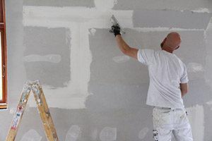 Maler i gang med fuldspartling