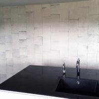 Køkkenbord med tapetseret væg i baggrunden