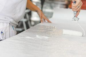 Maler i gang med at arbejde i malerværksted